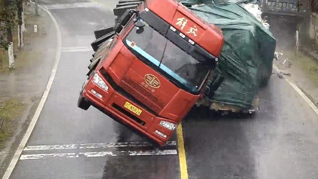 监拍:半挂车转弯侧翻,顶开逆向货车