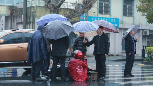 杭州热心路人为伤者撑伞