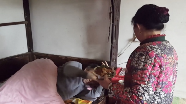 爱,不瘫痪!农妇照顾瘫痪丈夫31年