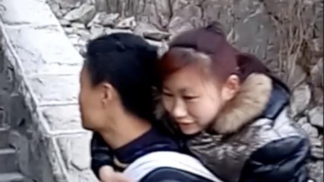 8年终圆梦!小伙背瘫痪妻子登顶泰山