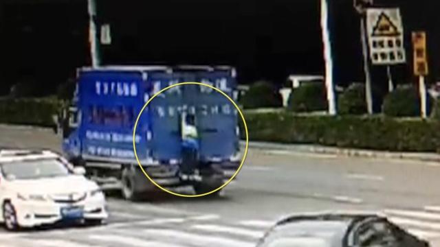 实拍:熊孩爬上货车,中途摔下重伤