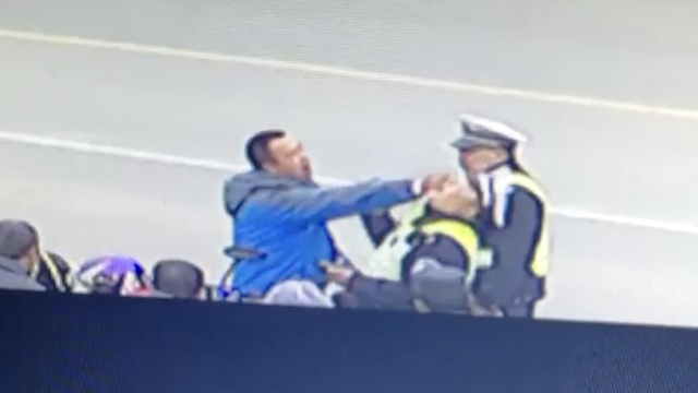 他挥拳袭警后装哑巴,亮点在40秒