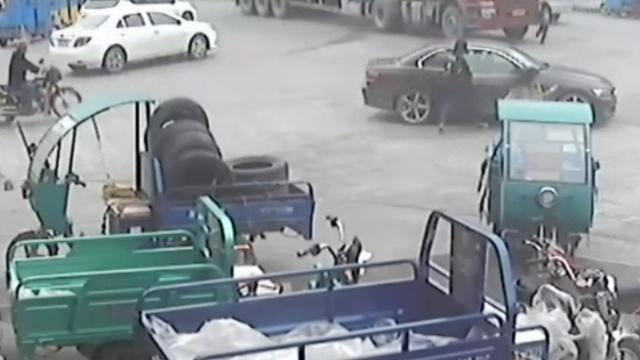 监拍:7岁男孩被大货车从身后碾轧