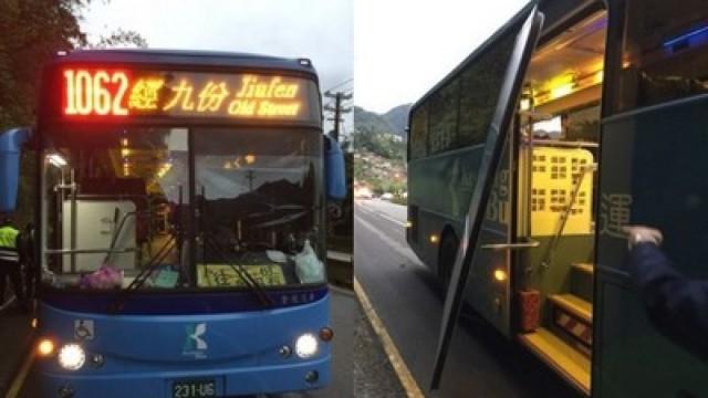 公交车门突打开,女生摔落被碾身亡