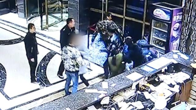 4男2女开房没带齐身份证,怒砸酒店