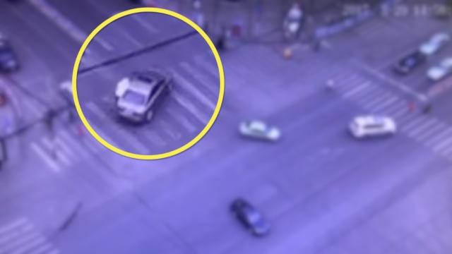 实拍:司机逆行闯红灯,拖行辅警