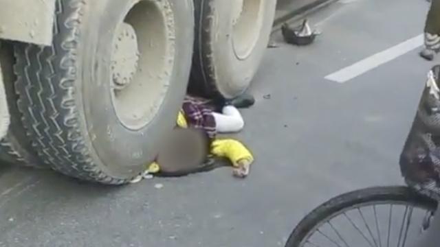 虐心:女童遭水泥罐车碾压身亡