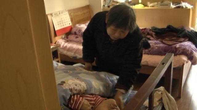 母爱无疆!7旬老母照顾瘫痪女儿50年