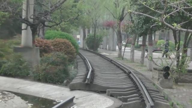 潮!老旧钢铁厂改小区,铁轨中间穿