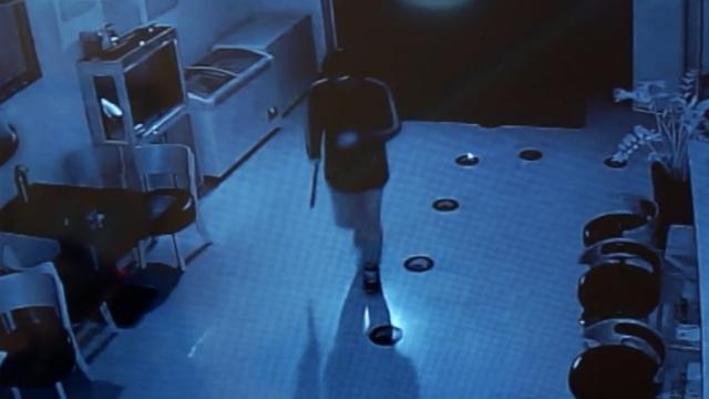 监拍:男子蒙面持刀,深夜打劫网吧