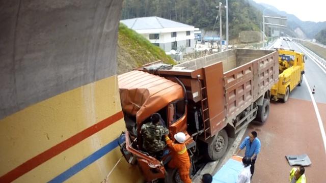 疲劳驾驶!撞隧道口,被困司机获救