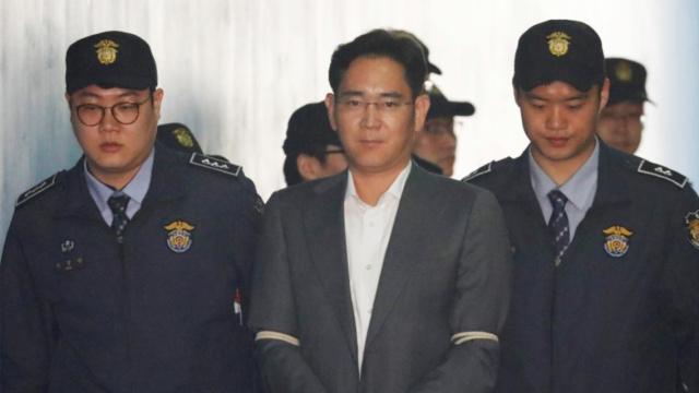三星太子李在镕出庭受审,面无表情