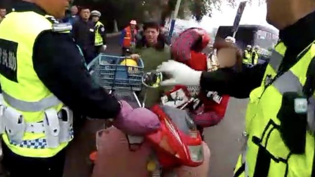 违规骑摩托被查,她拿头盔怒砸交警