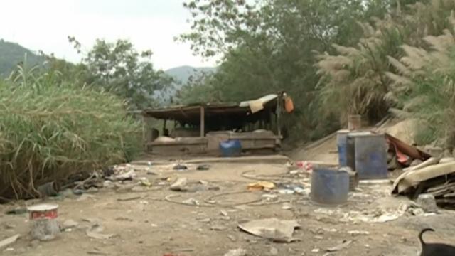 公园竟藏养殖场:垃圾遍地,现杀猪狗