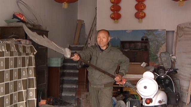 大爷酷爱武术,用废旧物制刀枪棍棒