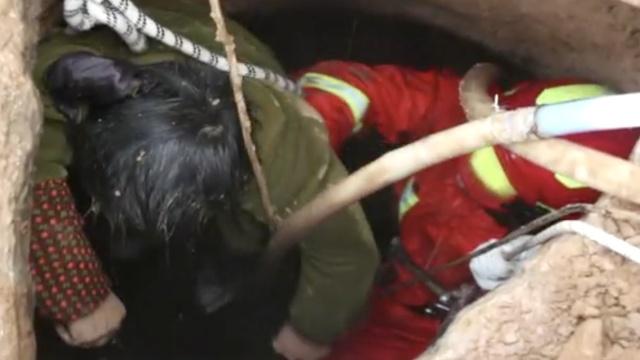 女子掉10米深井,消防抽水沉底捞救