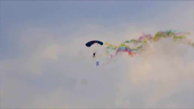 会玩!高校运动会,千米高空玩跳伞