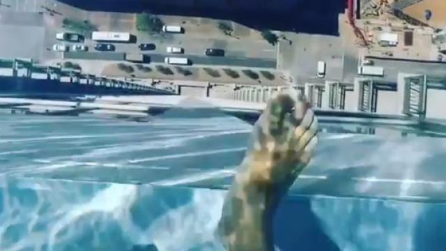 """高空""""透明泳池"""" 让你看到腿软!"""