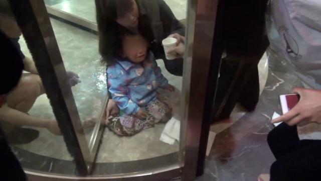 女童脚卡旋转门,披上消防服不疼