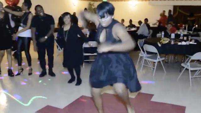 姑娘跳舞跳到嗨,全然不顾他人眼光