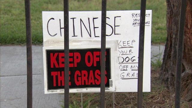 美国男子竖警告牌,涉嫌歧视引争议