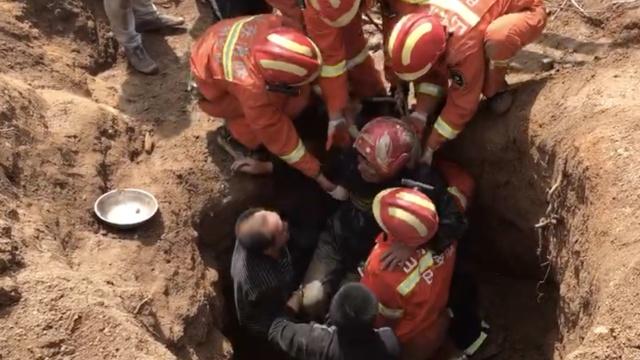 水井坍塌困老人,消防徒手挖井救援
