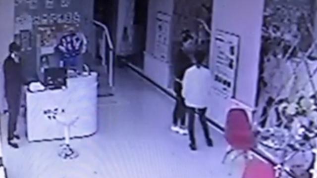 男子商店偷钱被拍,店主悬赏1千抓贼