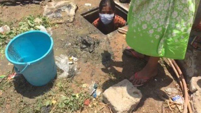 印度一孤儿院让艾滋孤儿清理下水道