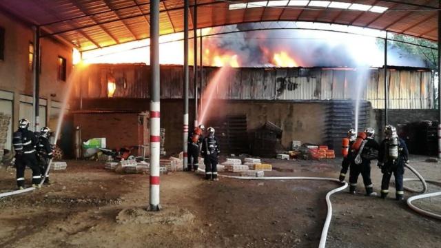 昆明一厂房大火,浓烟飘散3公里