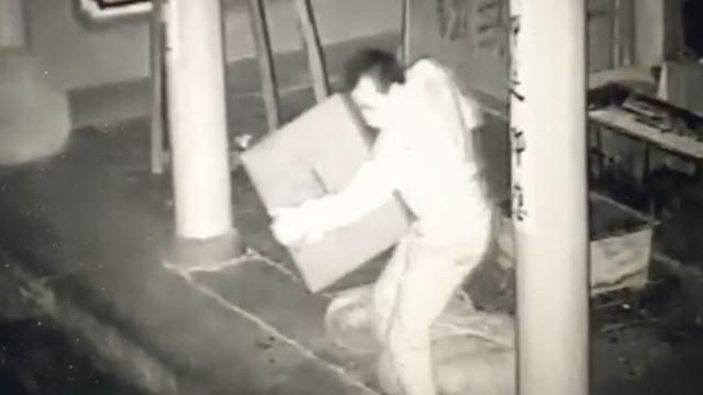 他入庙偷功德箱:没法打开,直接抱走