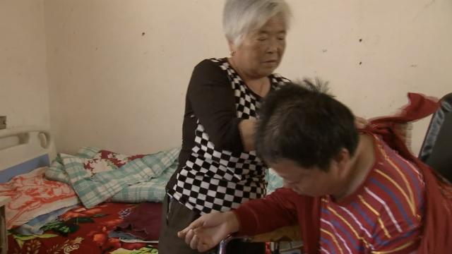 7旬婆婆照顾瘫痪儿媳,7年不离不弃