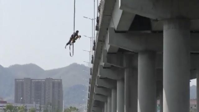 母子坠桥,消防民警上演