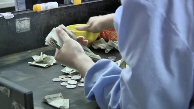 公交点钞员:日数一万五,手指飞快