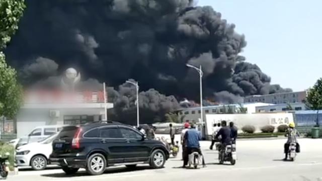 山东一塑胶厂起火,滚滚浓烟直冲天
