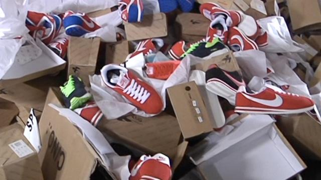 上万双假冒名鞋堆成山,被集中销毁