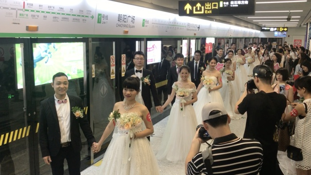 28对新人地铁结婚,新娘:他永不变心