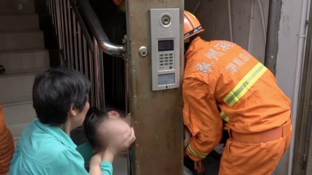 女孩贪玩脖子卡护栏,消防巧妙施救