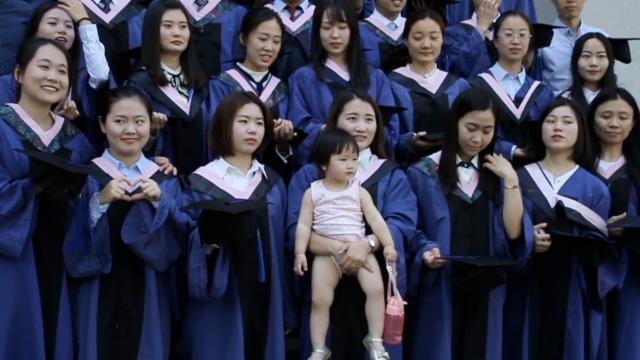 人生赢家!美女硕士抱娃拍毕业照