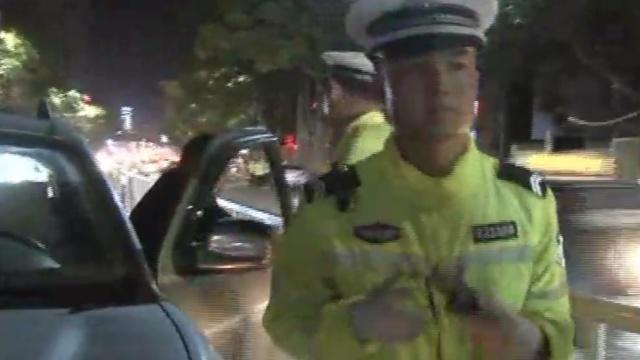 司机醉驾&超载:两男人被塞后备箱