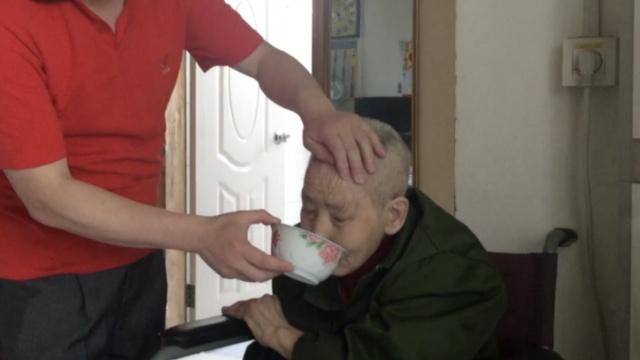 他辞高薪照顾瘫痪母亲7年,感天动地