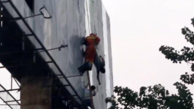 他高空作业中暑晕倒,40米悬空倒挂