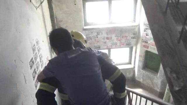 屋内大火,消防破门让出面罩救老人