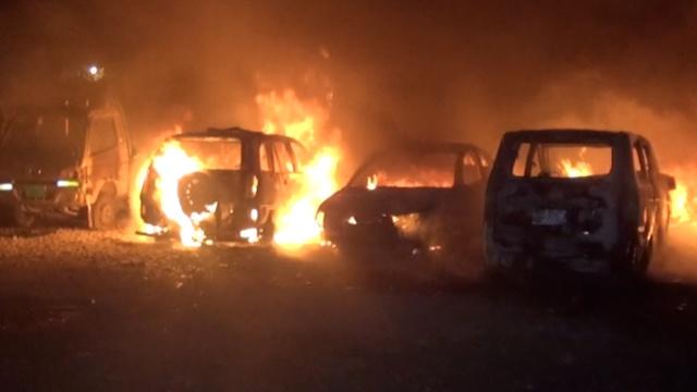 停车场大火,10余辆车瞬间烧成空壳