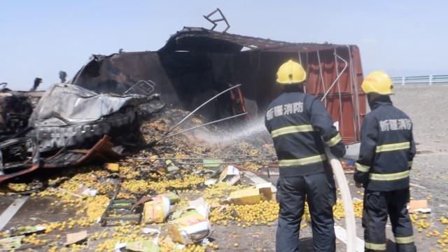 货车侧翻起火,10多吨小白杏满地滚