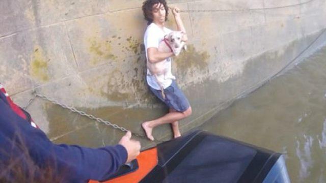 他下水救狗却无法上岸,还要警察救