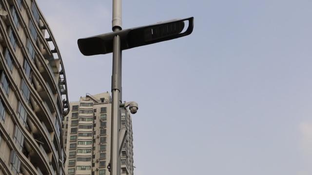 牛!智慧路灯一杆多用,供WIFI能充电