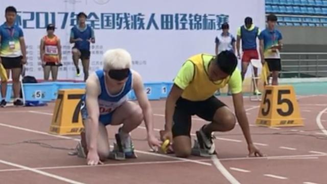 盲人百米赛跑:1人2跑道,领跑员护航
