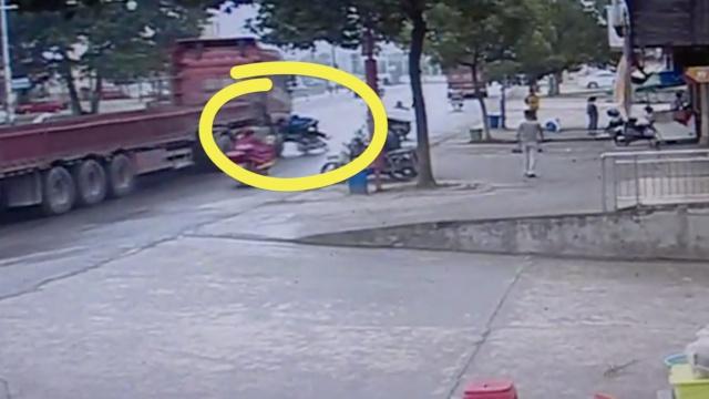 监拍:货车超车,6旬老人被卷车底