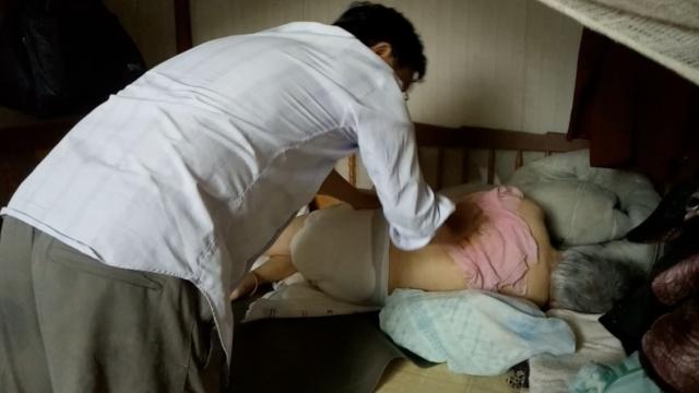男子照顾瘫痪老母8年,没离开过1天