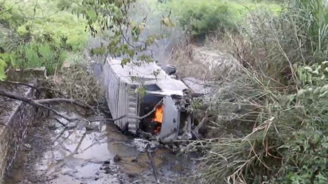 货车被追尾侧翻起火,车上2人遇难